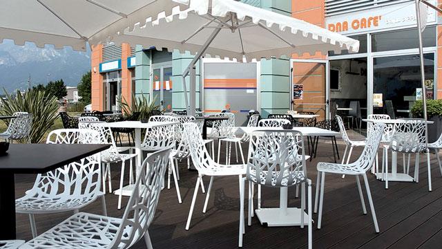 Arredamento per esterni bar tavolo quadrato da esterno for Arredamento esterno bar